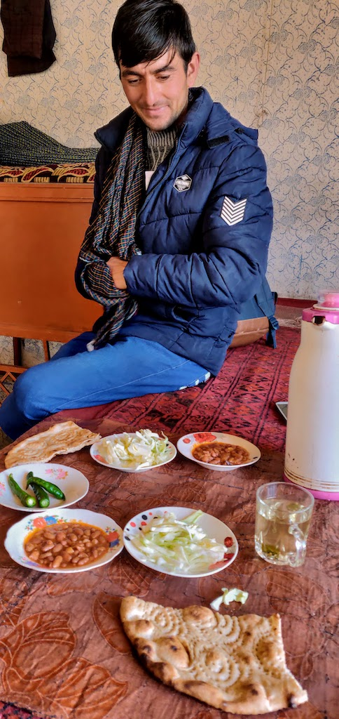 Almuerzo con el guía en Afganistán.