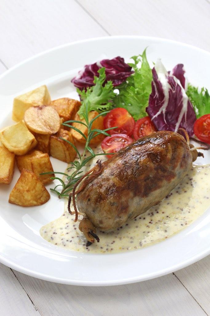 Weißwurst neben Kartoffeln