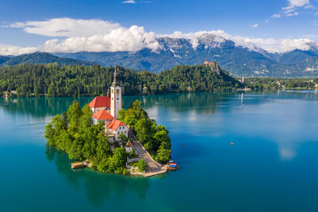 Slikovit otok Bled v osrčju Blejskega jezera