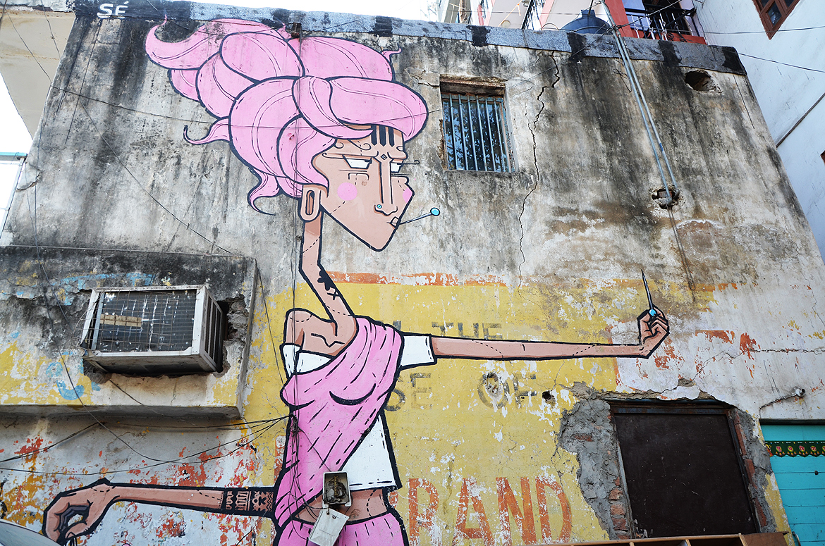 Lady in pink at Shahpur Jat by Sergio Cordeiro