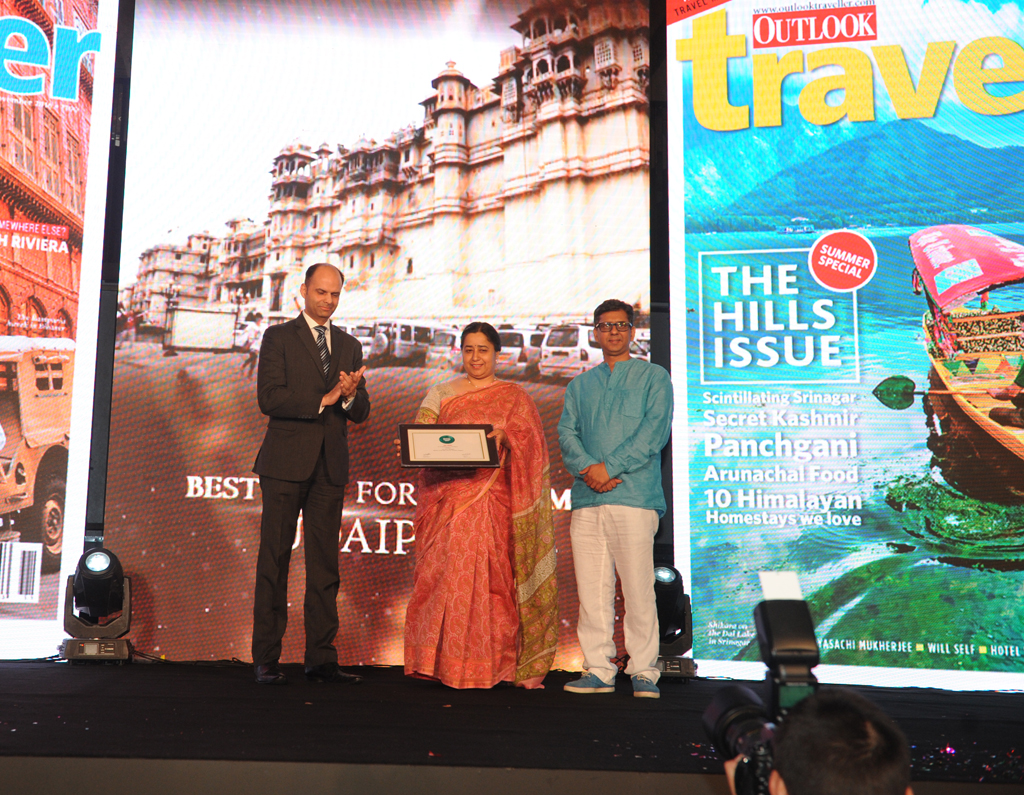 Gunjeet Kaur, Addl. Director Tourism for Rajasthan receives the Jury award for Best City for Tourism for Udaipur