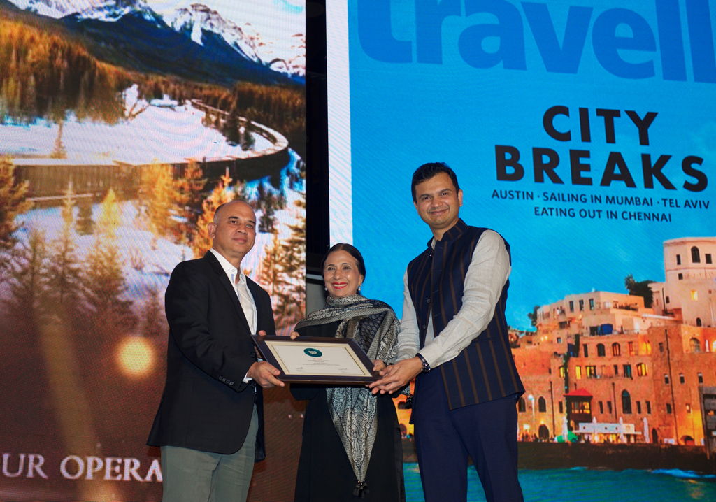 Puneet Khurana, GM, receives the Jury award for Best Luxury Tour Operator for Greaves India