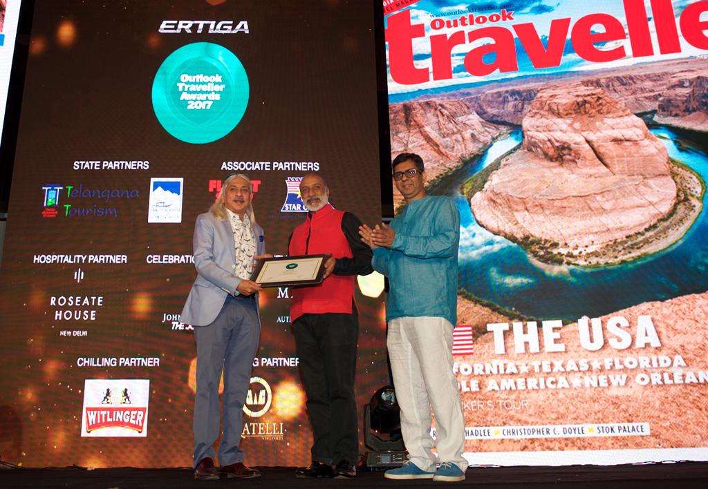 Sanjoy Roy, Managing Director, Teamwork Arts, receives the ReadersÒChoice award for Best Festival for Jaipur Literature Festival