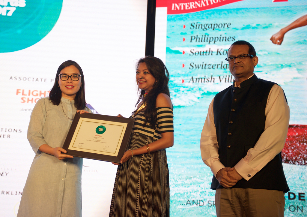 Yuemin Li - Misra, Area Director, North & East India; Bangladesh, receives the ReadersÒChoice award for Best International Destination (overall) for Singapore