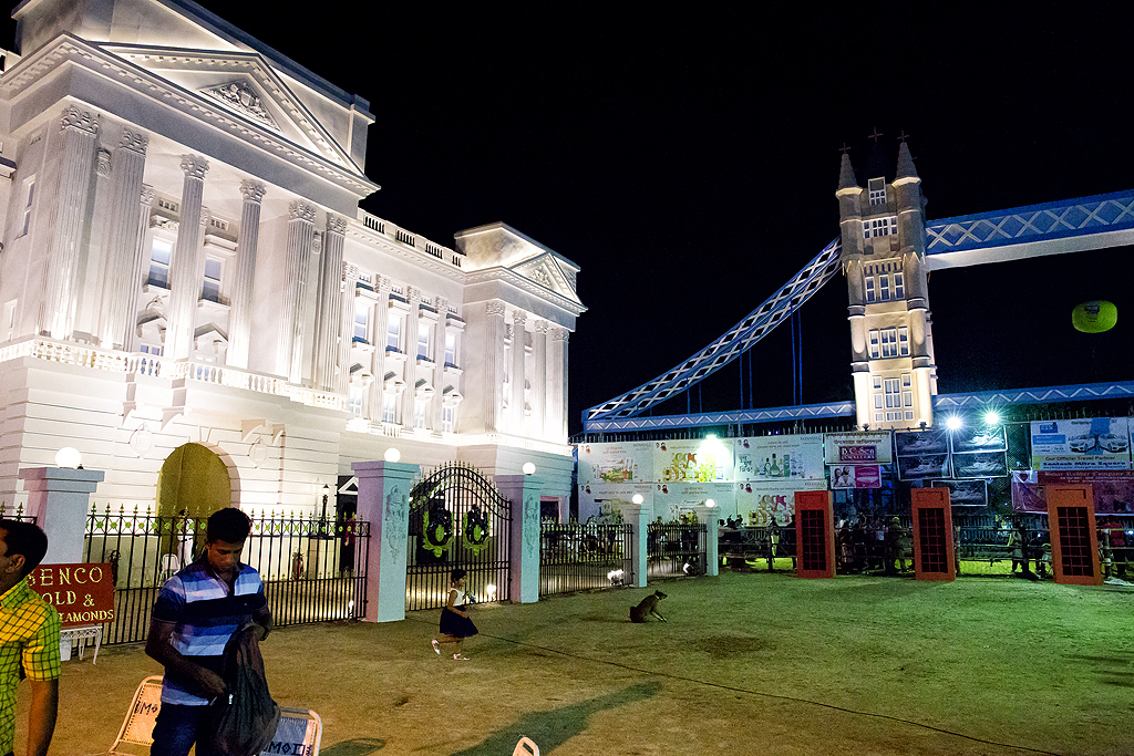 Santosh Mitra Square has gone all out to recreate London in Kolkata! Right from Buckingham Palace to Big Ben, the London Bridge to the iconic red telephone booths, they have them all