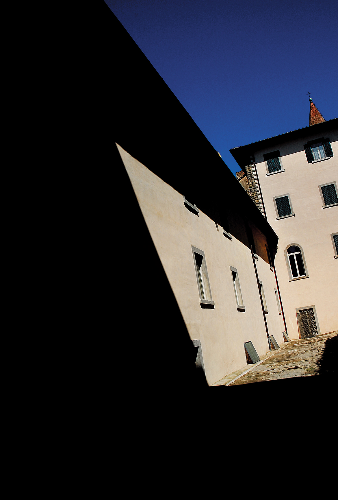 Hotel Oasi Neumann at Cortona, in an interplay of light and shadow