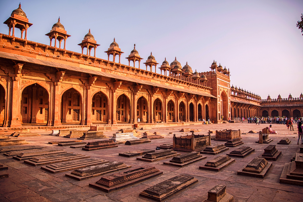 courtyard-palace-with-tombs-in-fatehpur-sikri-complex