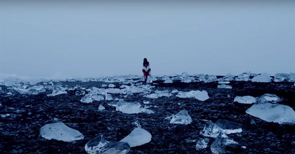 Những tảng băng bị phân mảnh của Diamond Beach càng làm tăng thêm vẻ quyến rũ kỳ lạ cho 'Let Me In'