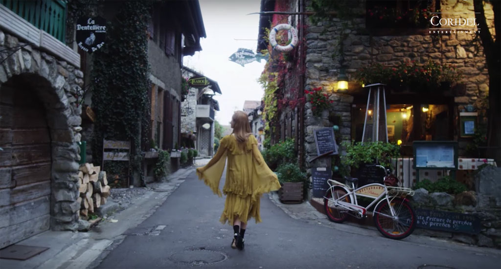 Jessica đi dạo dọc con phố Yvoire lãng mạn