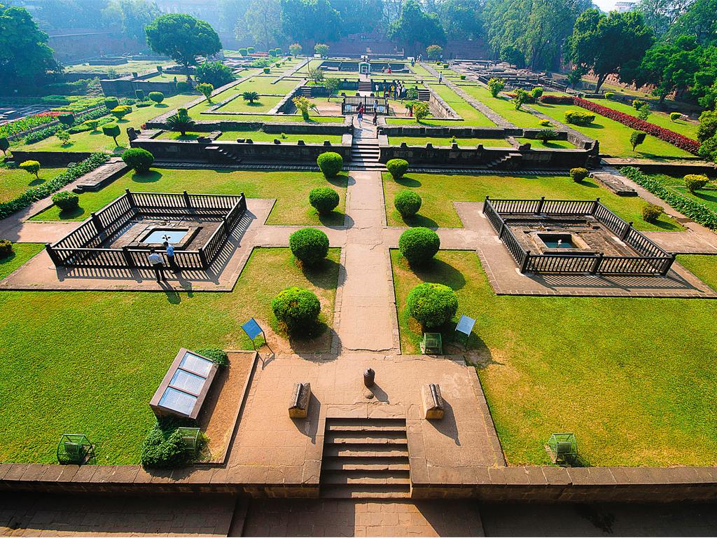 Khu vườn được cắt tỉa cẩn thận bên trong Shaniwar Wada
