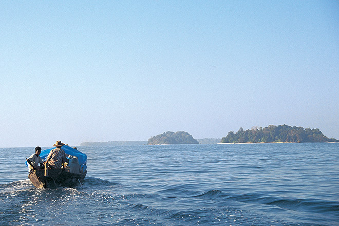 A boat crosses the open sea for South Sentinel Island
