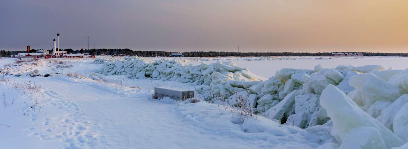 "Thousands of ""Ice Eggs"" Cover Finland Beach"