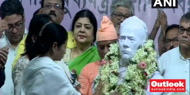 Mamata Banerjee Unveils Ishwar Vidyasagar's Bust Month After It Was Vandalised