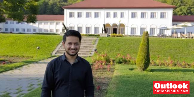 Kashmiri Officer Helps Civil Service Aspirants With Free