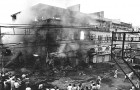 A mob sets ablaze a building belonging to a Sikh family in Delhi's Daryaganj area during the 1984 riots