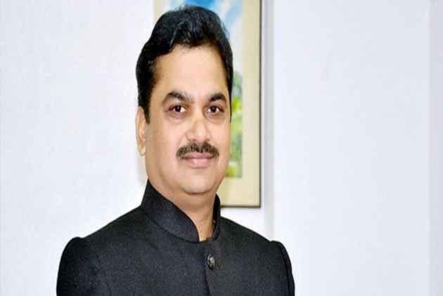 Maharashtra water minister pees by roadside, rivals say Swachh Bharat has failed