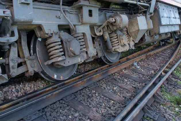 Manduadih Express derails at New Delhi Railway Station, no casualties reported