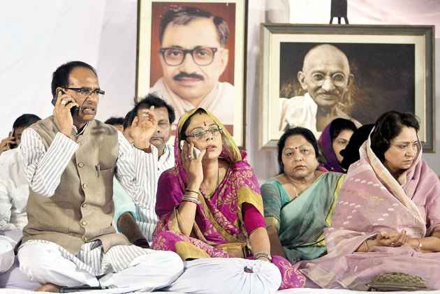 Madhya Pradesh: Chief Minister Shivraj Singh Chouhan calls off his indefinite fast