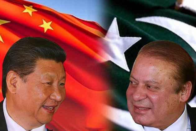 Chinese foreign minister holds talks with Aziz in Pak