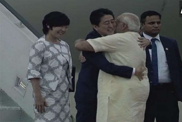Japanese PM Abe, PM Modi Pay Tribute To Mahatma Gandhi At Sabarmati Ashram