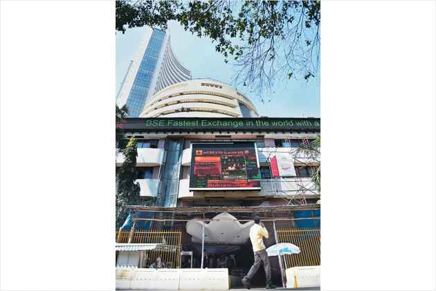 Markets@Moneycontrol: D-Street rebounds sharply, Sensex up 295 pts