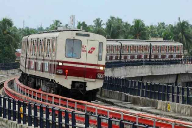 Kolkata Metro Stranded After Electrical Snag, Goes Dark, Panicked Passengers Try Breaking Windows