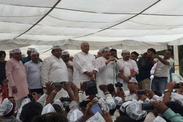 Former Finance Minister Yashwant Sinha Joins AAP's March Towards Delhi L-G House