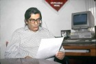 Editor-in-chief Vinod Mehta at his desk in the Outlook office at AB-10, Safdarjung Enclave circa 1996