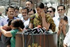 <b>Wagah, May 1:</b> Sarabjit's daughters break down after their return from Lahore