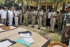 Police jawans paying 'Guard of Honour' to Chhattisgah Congress President Nand Kumar Patel and others at Jagdalpur a day after they were killed in a Maoists' attack