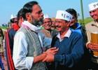 <b>Cross connection</b> Yogendra Yadav with Kejriwal