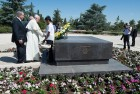 Pope Francis is flanked by Israel President Shimon Peres and Prime Minister Benjamin Netanyahu, as he lays a wreath on the tomb of  Theodor Herzl, the founder of Zionism