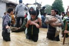 <b>Self-help</b> Young volunteers bring people to safety in Chattabal, Srinagar