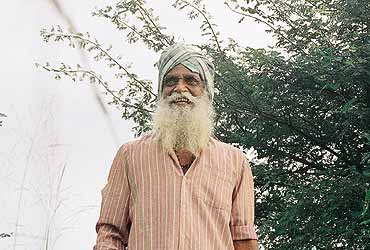 Nammazhvar 'converts' farmers to 'poison-free' ways of raising crop