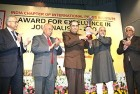 Editor-in-Chief Vinod Mehta receives the IPI award from Vice-President Hamid Ansari. Others seen are (from left) <i>The Hindu's</i> N. Ravi, Justice A.S. Anand and Philip Mathew.