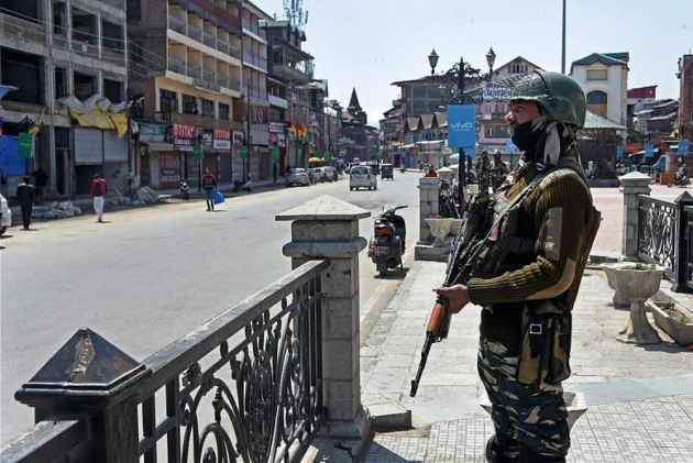 Cop beaten to death in Kashmir after firing on group of people