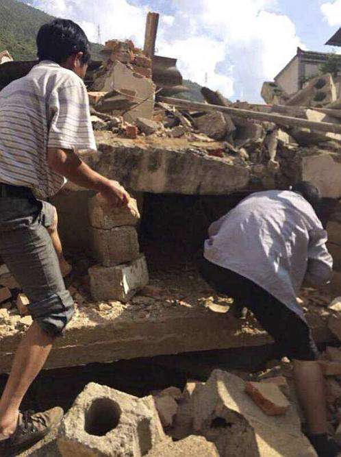 China Quake Toll Nears 400, Rescuers Race to Save Lives