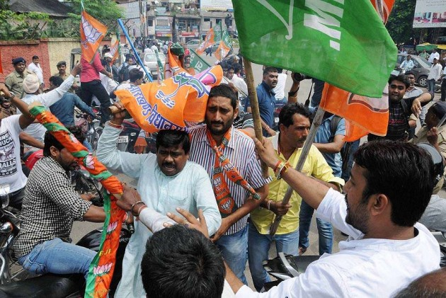 Union Minister Tomar Black Flagged in Ranchi, BJP, JMM Clash