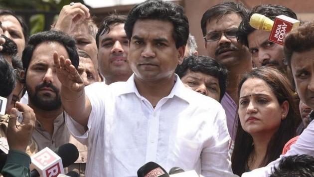 Kapil Mishra submits 3 graft complaints to CBI