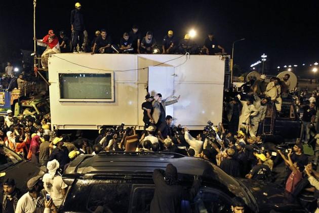Don't Let Even the PM Leave, Says Qadri as Protestors Besiege Pak Parliament