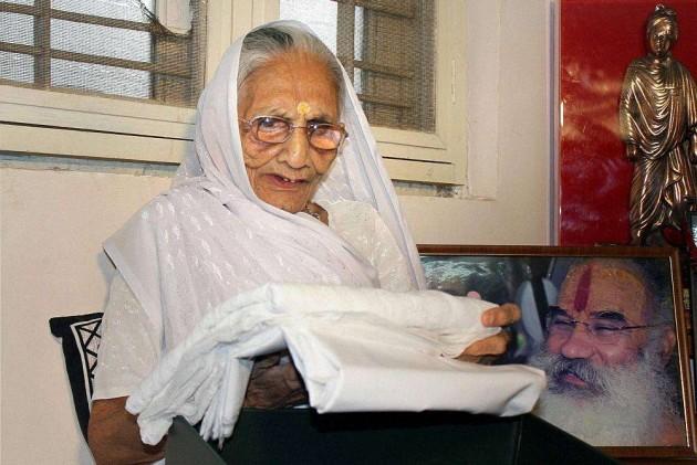 Now Nawaz Sharif Sends a Sari For Mr Modi's Mother