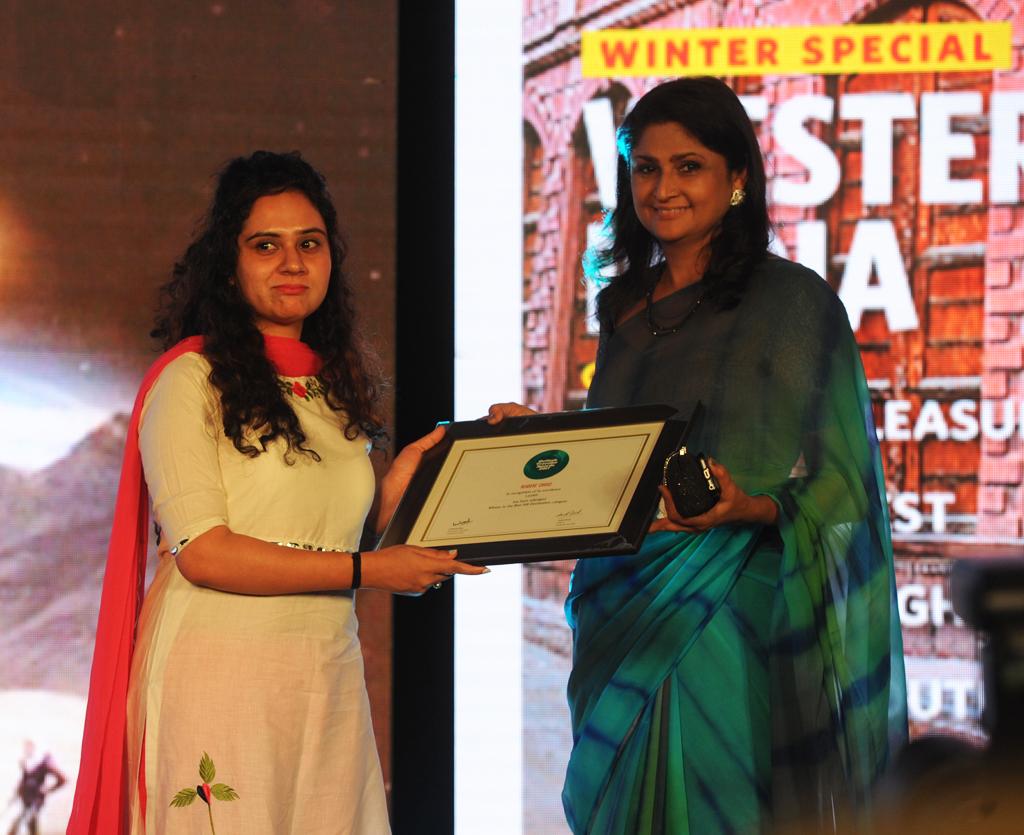 Rupali Mahajan, Asst. Director, receives the Readers' Choice award for Best Hill Destination for Ladakh