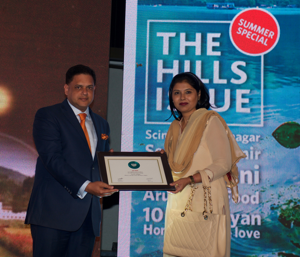 Vipin Singhal, GM, The Lalit Grand Palace Srinagar, receives the award for Best Luxury Hill Resort for The Lalit Grand Palace Srinagar