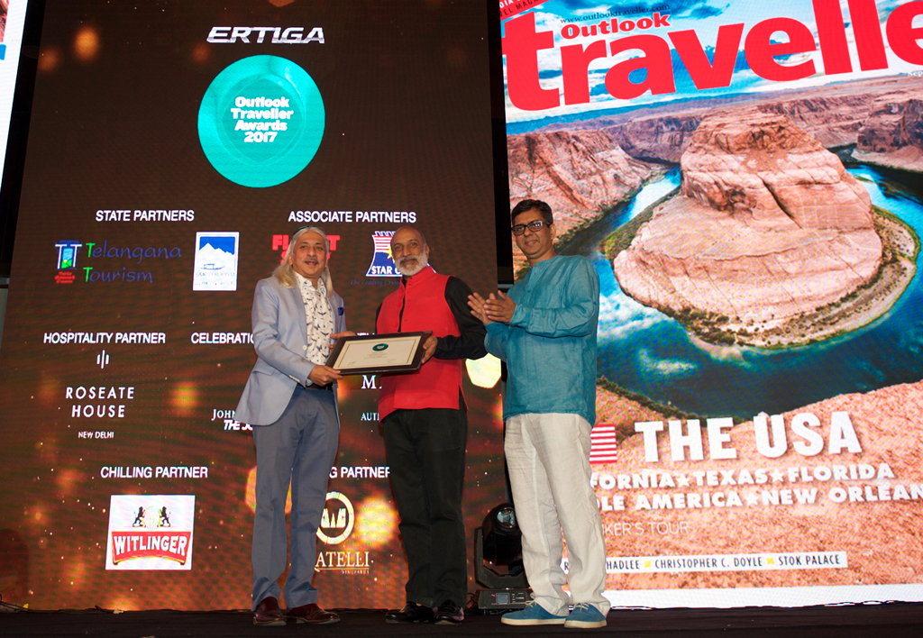 Sanjoy Roy, Managing Director, Teamwork Arts, receives the Readers' Choice award for Best Festival for Jaipur Literature Festival