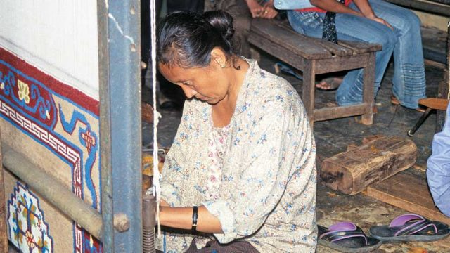 Tibetan wollen carpet being made