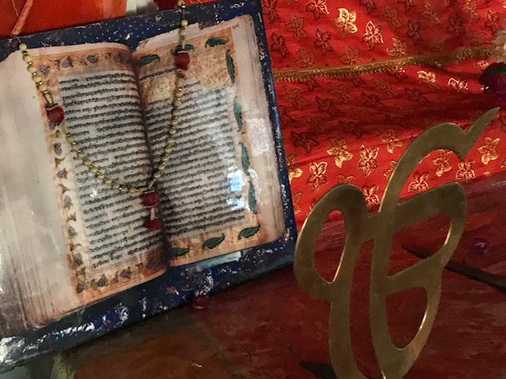 It is believed that Guru Gobind Singh instituted the Sikh concept of sants (saints), and compiled the Guru Granth Sahib in Burhanpur. The Gurudwara Badi Sangat houses an original manuscript with gold leaf paintings and the last Sikh guru's signature