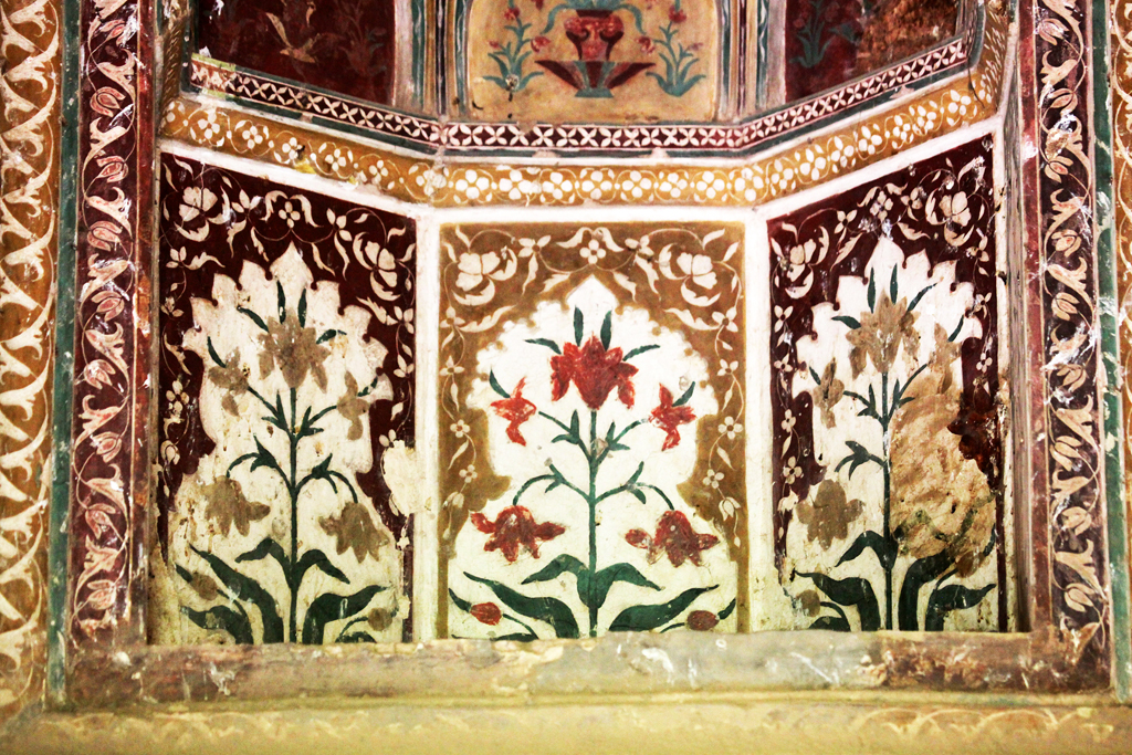 3. Typical Mughal frescoes depict exquisite motifs inspired by flowers, guldaan (flowerpots), multi-pointed stars, jaali, arches, besides kaleidoscopic patterns, some of which find resonance in the Taj Mahal