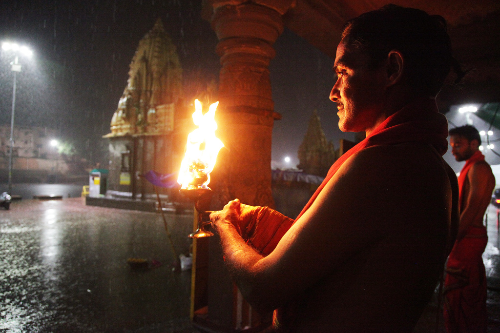 Rain doesn't dampen the enthusiasm and fervour of the priests performing the Kshipra arti.