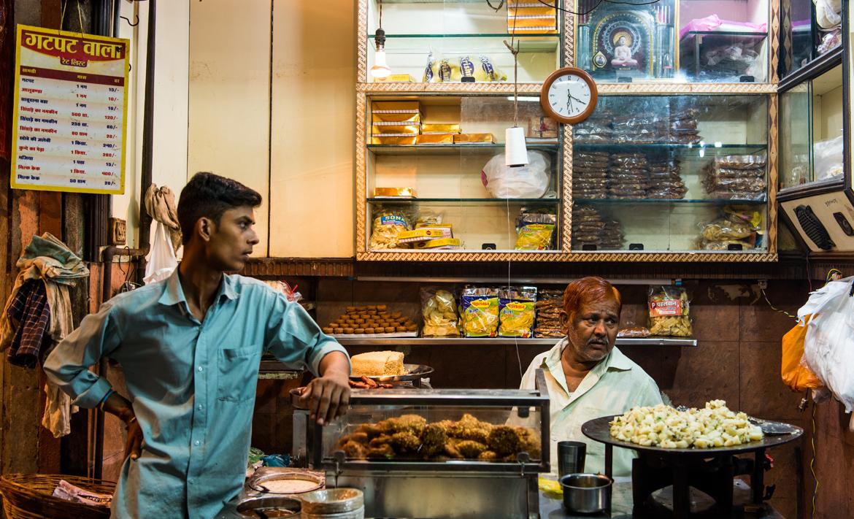 Gatpat wala, a shop in Jabalpur's Sarafa Bazaar, known for its sabudana vada, gatpat, khoya jalebi and singhare ka namkeen.