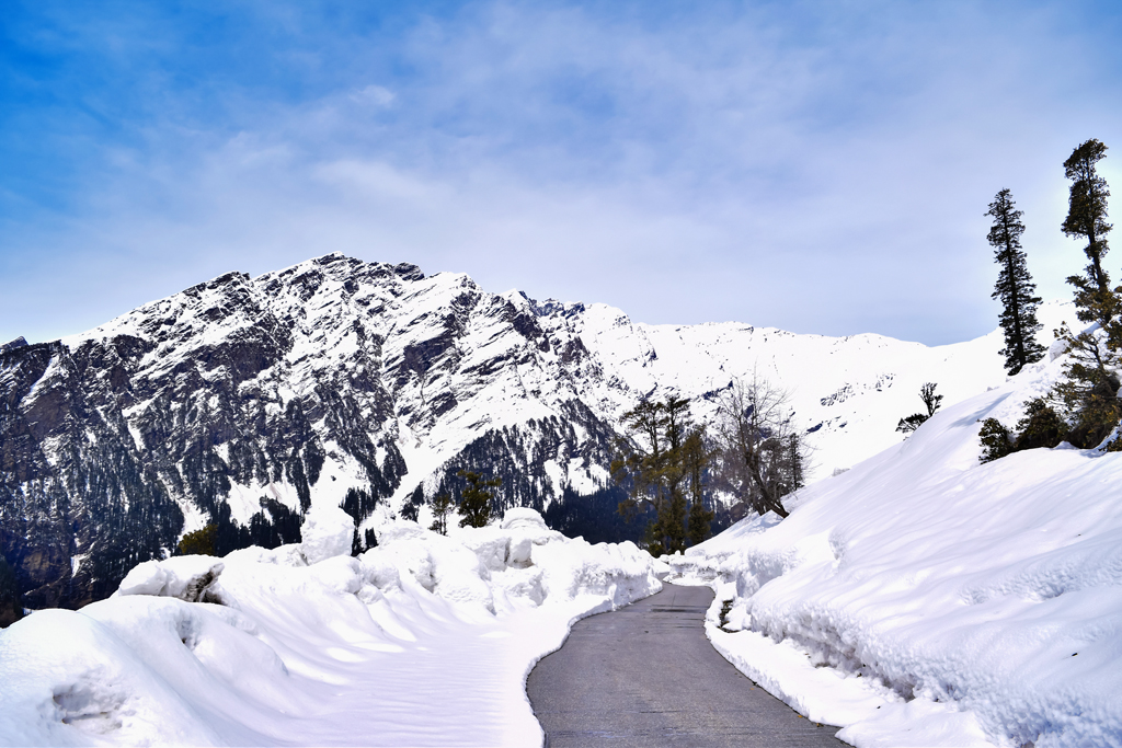 The snow clad peaks of Rohtang Pass in Himachal were brought to the silver screen by Imtiaz Ali in his superhit movie Jab We Met starring Kareena Kapoor and Shahid Kapur